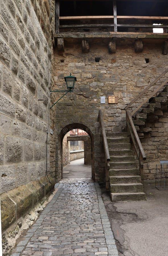 Kroki prowadzi do wierzcho?ka ?ciana w Rothenburg ob dera Tauber fotografia stock