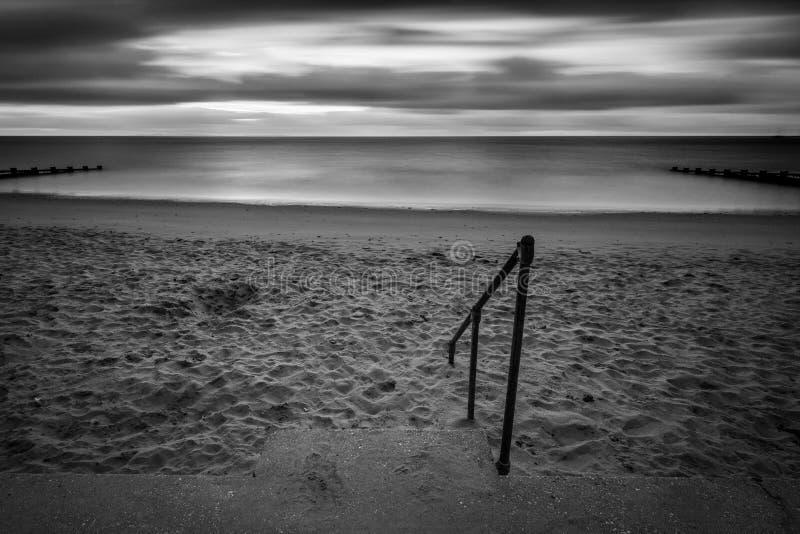 Kroki - puszek wyrzucać na brzeg przy wschodem słońca fotografia stock