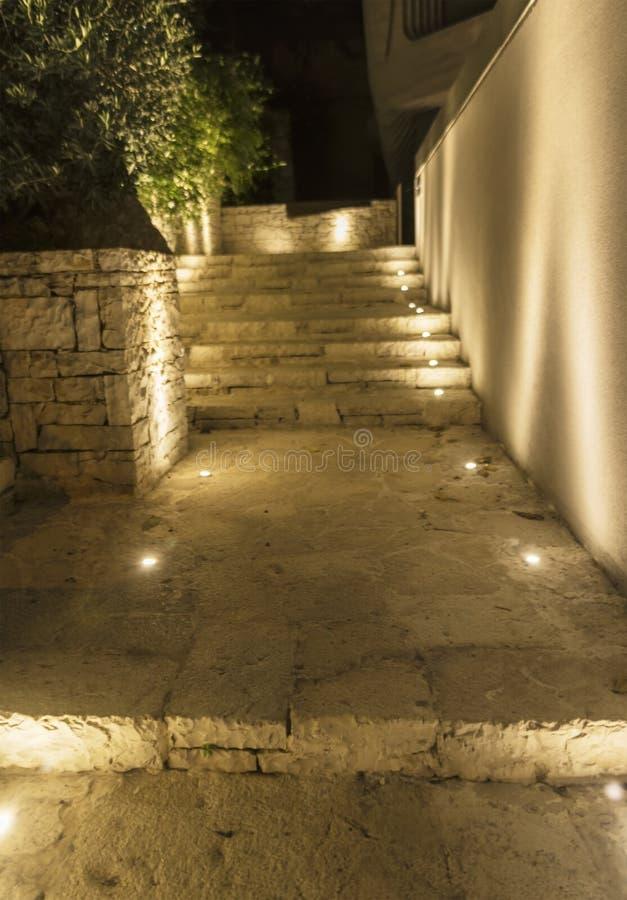 Kroki robić kamień iluminujący światłem wieczór obraz royalty free