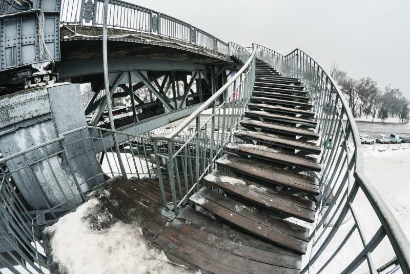 Kroki schodki prowadzi most w wczesnym mgłowym zima ranku III zdjęcia stock