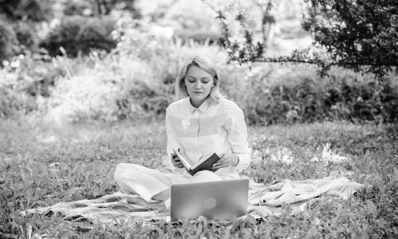 Kroki zaczyna? freelancing biznes Online biznesowy pomys?u poj?cie Kobieta z laptopem lub notatnik siedzimy na dywanik zielonej t obrazy stock