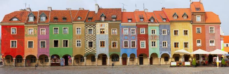 Krokiga medeltida hus, Poznan, Polen royaltyfria foton