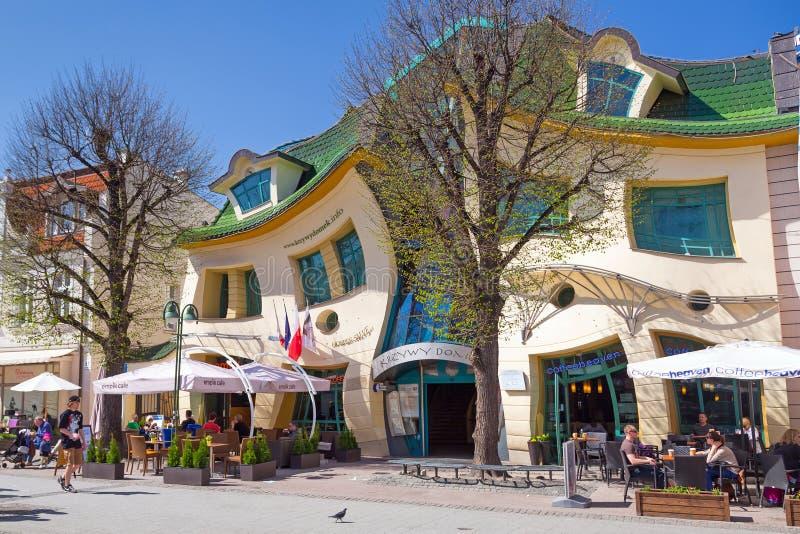 Krokigt hus på den Monte Cassino gatan i Sopot arkivbilder