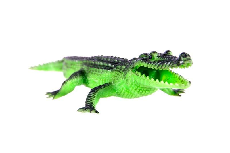 Krokodilleksak som isoleras p? vit bakgrund Den plast- krokodilleksaken isolerade arkivbilder