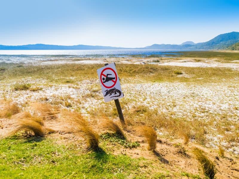 Krokodilwaarschuwing & geen zwemmend teken, Zuid-Afrika royalty-vrije stock afbeelding