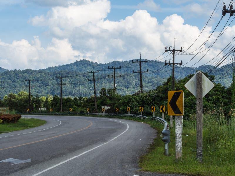 Krommingsweg in platteland stock afbeeldingen