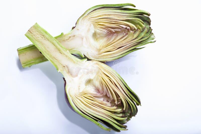 Kronärtskocka (Cynaracardunculus, Syn Cynarascolymus) som klipps i halv högstämd sikt royaltyfri bild