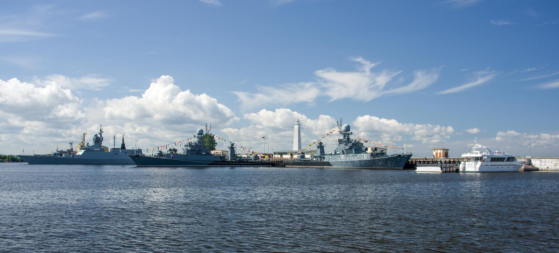 Kronštadt, Ruusia - 16 luglio 2014 Navi di combattimento sul roadstead Base navale su Kronštadt fotografie stock