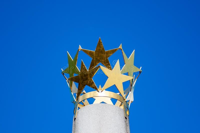 Krona av guld- stjärnor på en kolonn arkivfoton