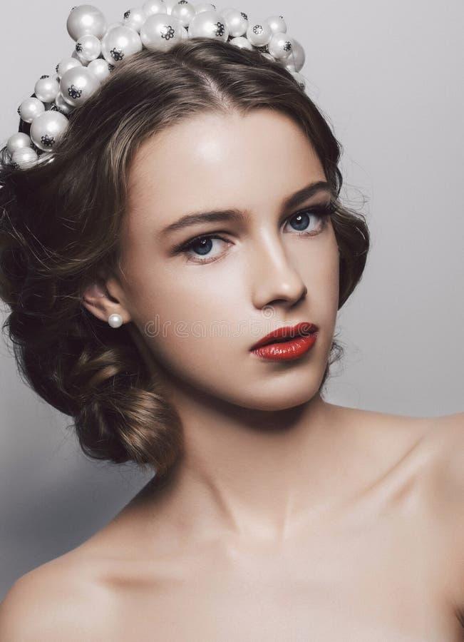 Krona för bröllop för makeup för Beautyl flickaafton bärande arkivbild