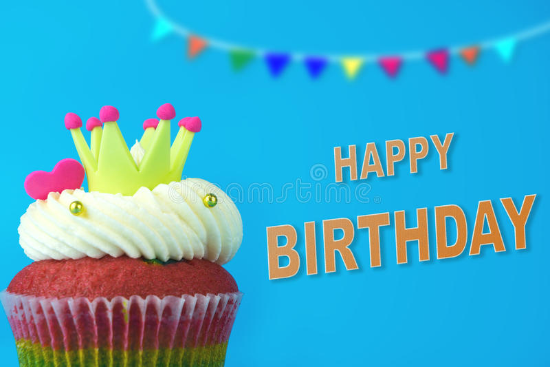 Krona för konung Cupcake på blå lycklig födelsedag arkivbilder