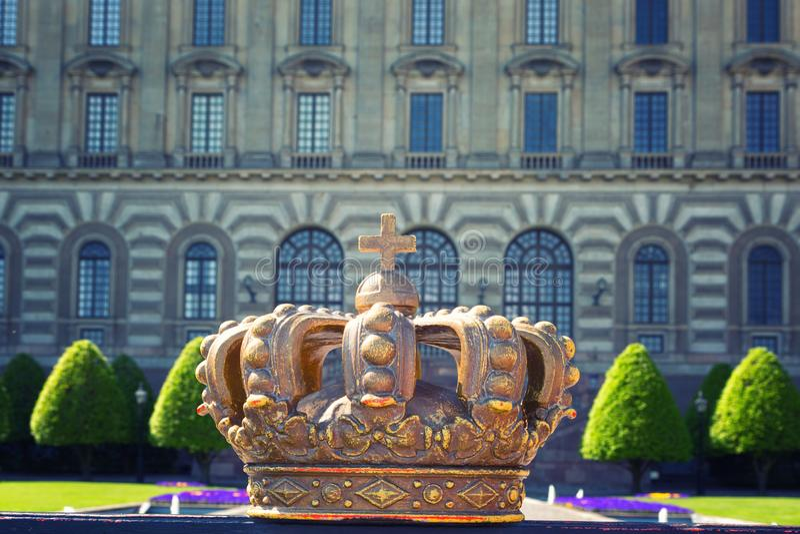 Krona på bakgrunden av Royal Palace i Stockholm royaltyfri fotografi
