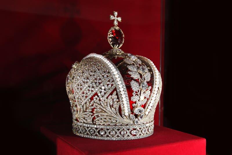 Krona på en röd bakgrund arkivbilder