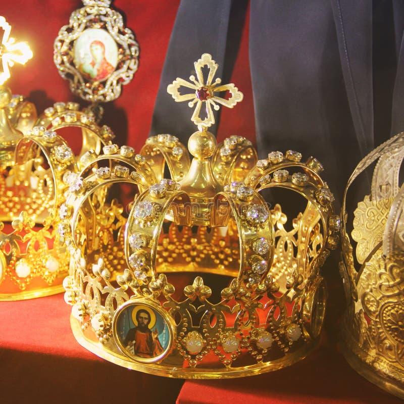 Krona p? en r?d bakgrund arkivfoto
