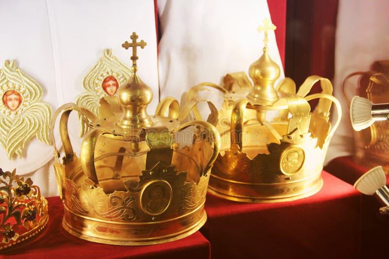 Krona p? en r?d bakgrund arkivbilder