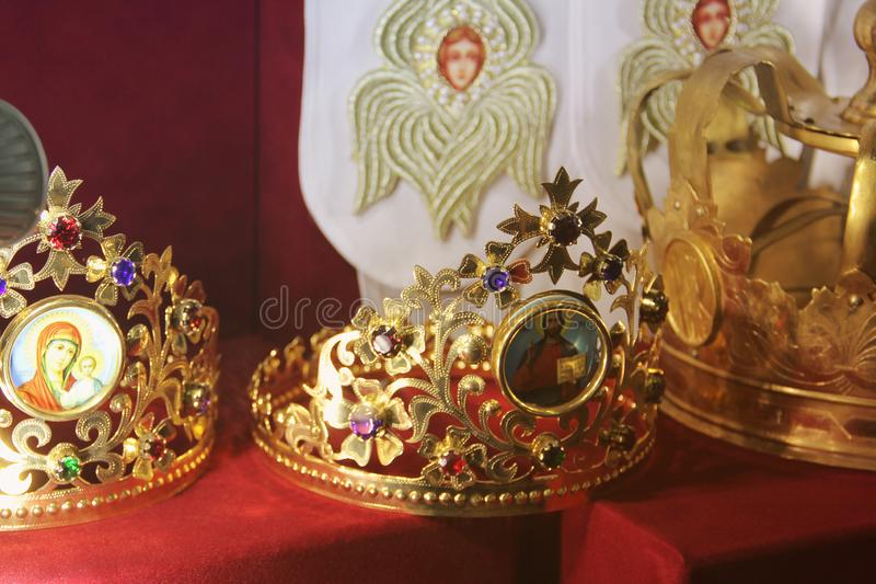 Krona p? en r?d bakgrund royaltyfria foton