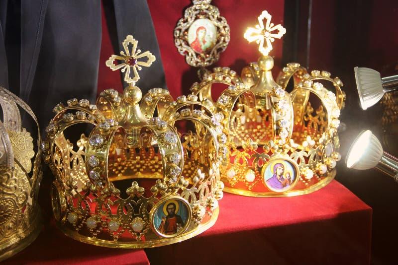 Krona p? en r?d bakgrund fotografering för bildbyråer