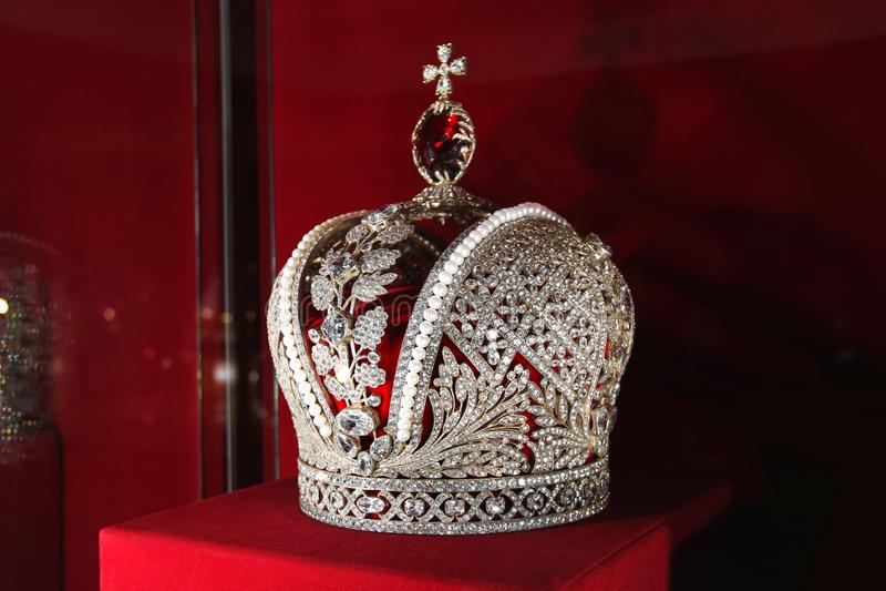 Krona p? en r?d bakgrund arkivbild