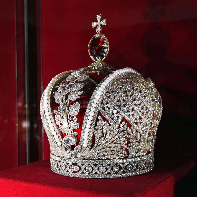 Krona p? en r?d bakgrund royaltyfri fotografi