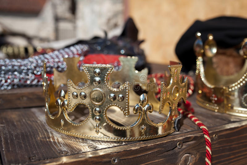 kronaguld pryder med pärlor röda rubies royaltyfri bild