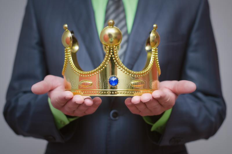 kronaguld pryder med pärlor röda rubies coronation arkivfoto