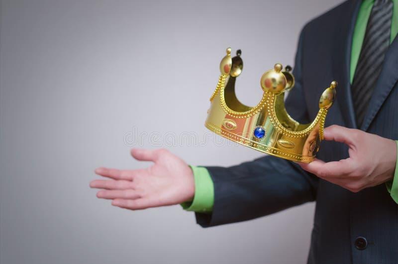 kronaguld pryder med pärlor röda rubies coronation royaltyfria bilder