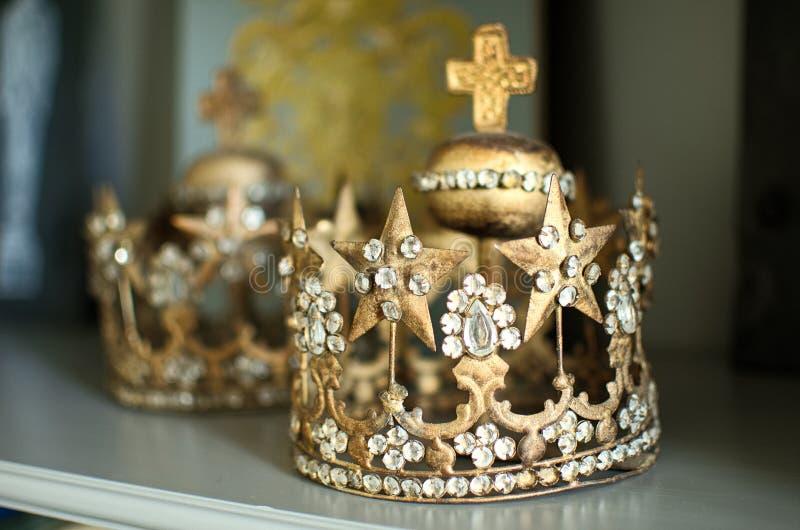 Kronakronor på hyllan royaltyfri foto