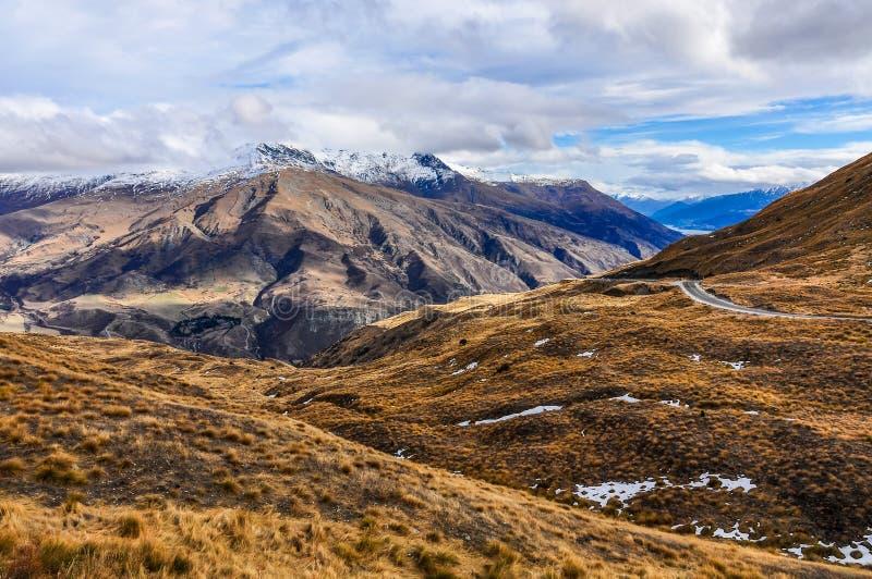 Kronaområdeväg nära Queenstown i sydliga sjöar, Nya Zeeland arkivbilder