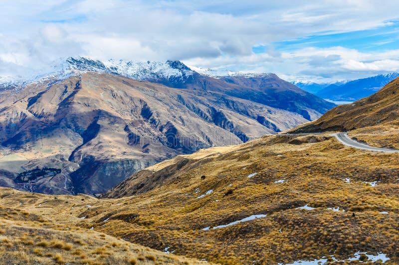 Kronaområdeväg nära Queenstown i sydliga sjöar, Nya Zeeland arkivfoto
