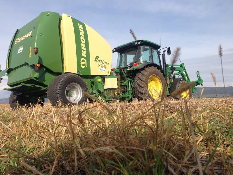Krone fortima mit jhon deere Traktor stockfotos