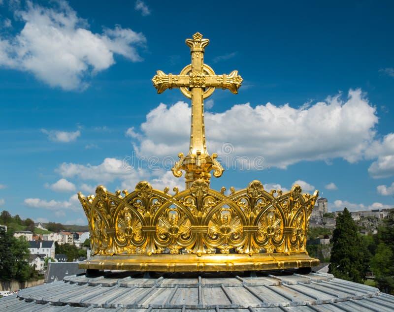 Krone und Kreuz auf einer Haube lizenzfreies stockbild