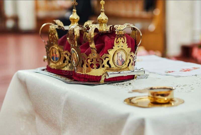Kronen in der Kirche bereit zur Heiratszeremonie stockbilder