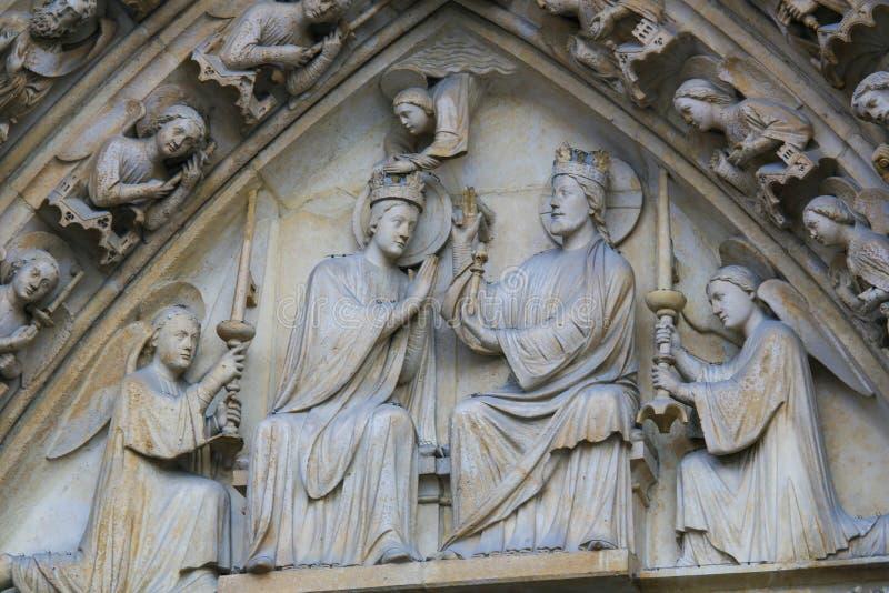 Kroning van Mary door Christus in Notre Dame, Parijs stock afbeelding