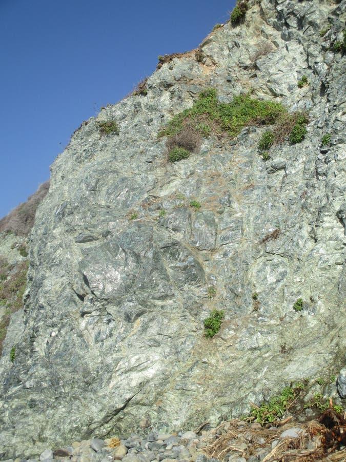 Kronkelige rotsklip in Jade Cove, Californië, de V.S. royalty-vrije stock afbeelding