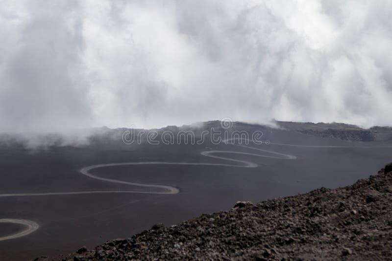 Kronkelige weg aan Etna, Sicilië, Italië royalty-vrije stock foto's