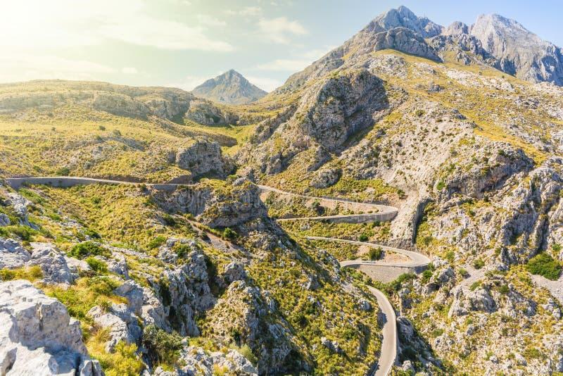 Kronkelige weg neer aan Sa Calobra in Mallorca stock afbeelding