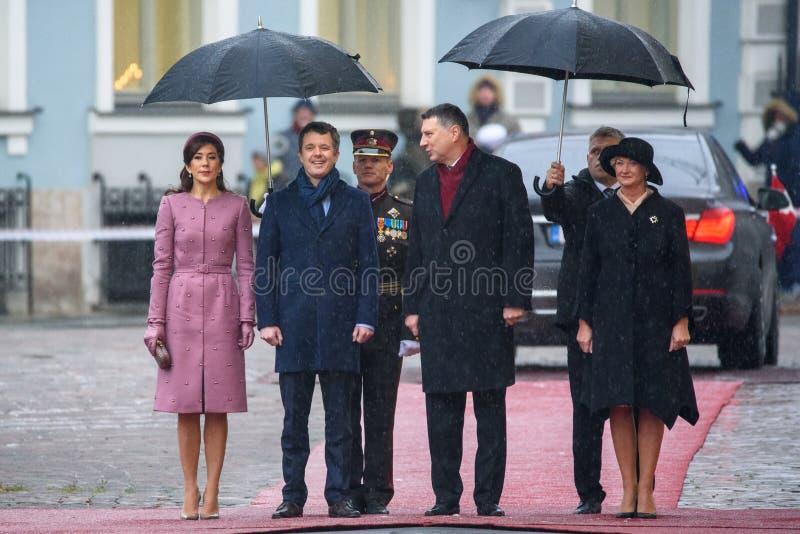 Kronprins av Danmark Frederik, kronprinsessa Mary Elizabeth av Danmark, Raimonds Vejonis och Iveta Vejone royaltyfri foto