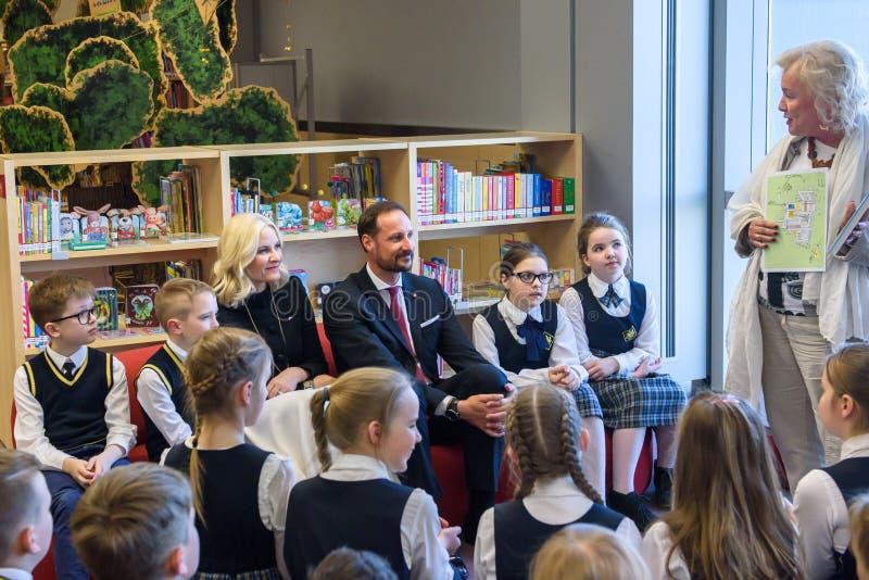Kronprins Haakon, kronprinsessa Mette-Marit av det Konungariket Norge mötet med barn på det nationella arkivet av Lettland fotografering för bildbyråer