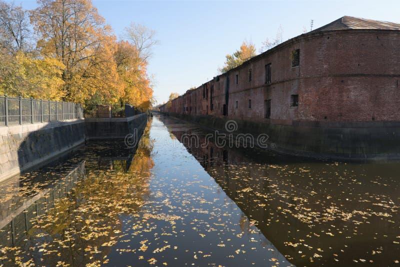 Kronstadt, Ρωσία, τον Οκτώβριο του 2018 Χρυσό φθινόπωρο στην πόλη παραλιών, το οπλοστάσιο και το παλαιό κανάλι στοκ εικόνες με δικαίωμα ελεύθερης χρήσης