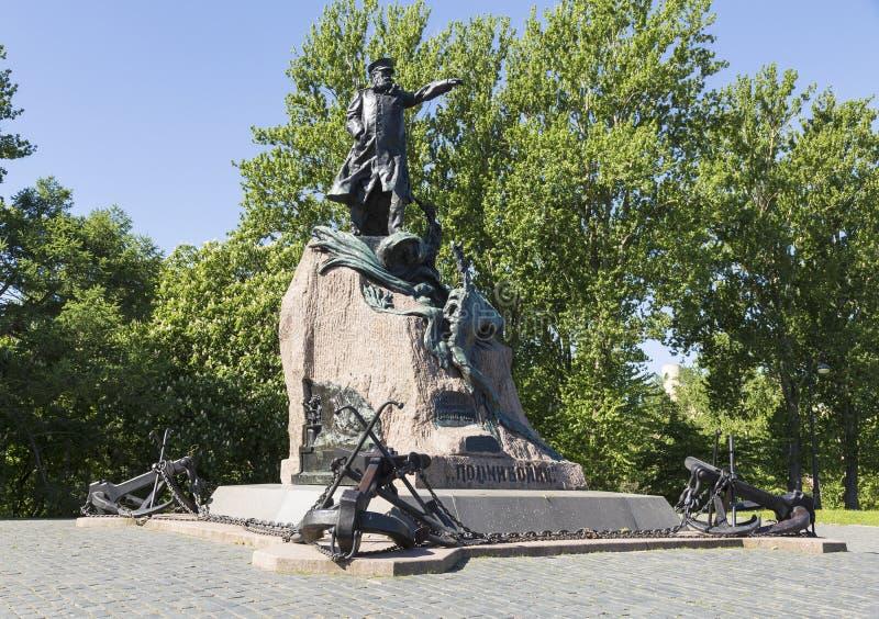 Kronstadt, τετράγωνο αγκύρων, ένα μνημείο στο ναύαρχο Stepan Makarov, ο διάσημος ρωσικός ναυτικός διοικητής γέφυρα okhtinsky Πετρ στοκ εικόνα
