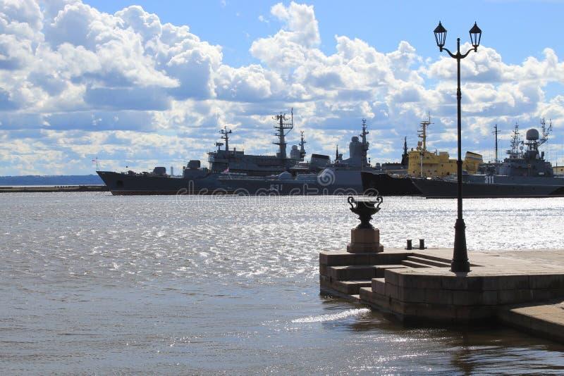 Kronstadt, Pier, Kriegsschiffe lizenzfreie stockfotografie