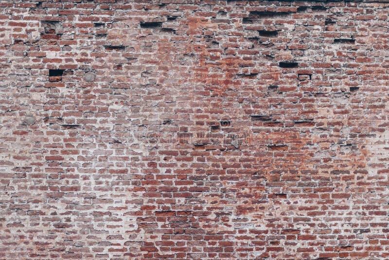 KRONSTADT, RUSIA - 20 DE AGOSTO DE 2017: Viejo fondo rojo y blanco de la textura de la pared de ladrillo imagenes de archivo