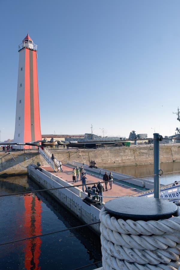 Kronstadt, Rusia, octubre de 2018 Vista del embarcadero, de la pasarela y del faro del buque de guerra foto de archivo libre de regalías