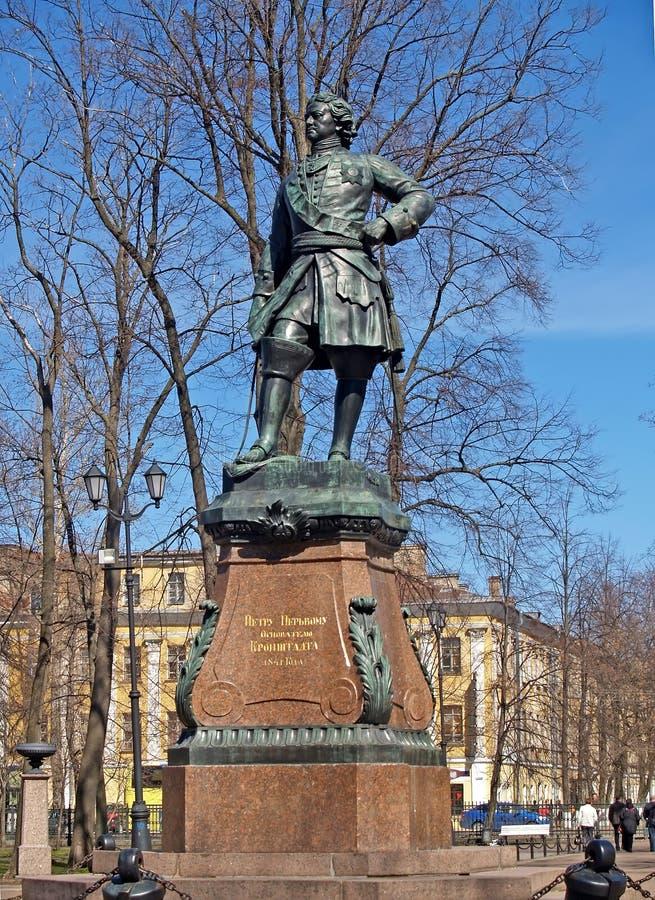 Kronstadt, Rusia Un monumento a Peter yo en el parque de Petrovsky fotografía de archivo