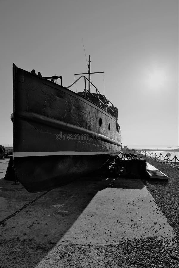Kronstadt, Rusland, Oktober 2018 Oude boot op de pijler als museumstuk stock afbeeldingen
