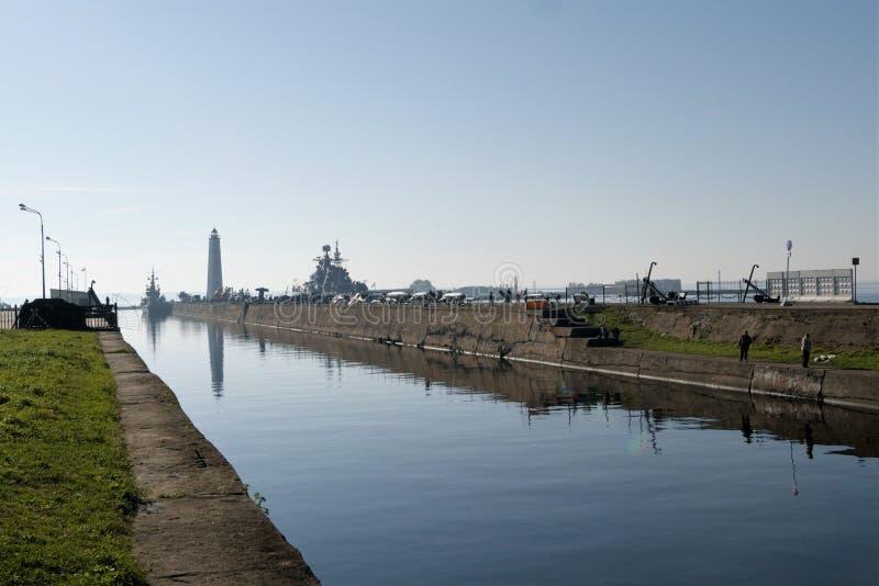 Kronstadt, Rusland, Oktober 2018 Weergeven van de schepen van de ligplaatspijler met een tentoonstelling van technologie stock afbeeldingen
