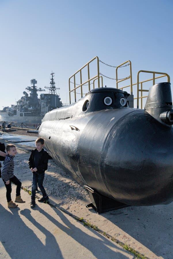 Kronstadt, Russie, août 2018 Jeu d'enfants à un petit sous-marin sur le pilier photographie stock libre de droits