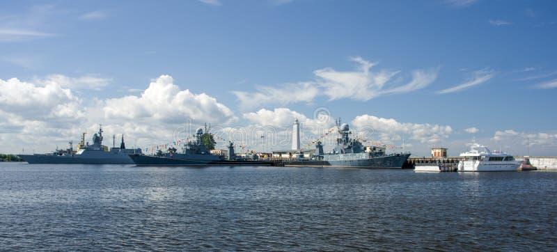 Kronstadt, Ruusia - 16 Ιουλίου 2014 Σκάφη αγώνα στο roadstead Ναυτική βάση σε Kronstadt στοκ φωτογραφίες