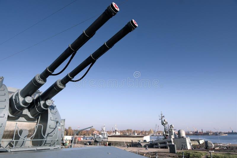 Kronstadt Ryssland, Oktober 2018 Tornkrigsskepp med tvilling- vapen mot en bl fotografering för bildbyråer