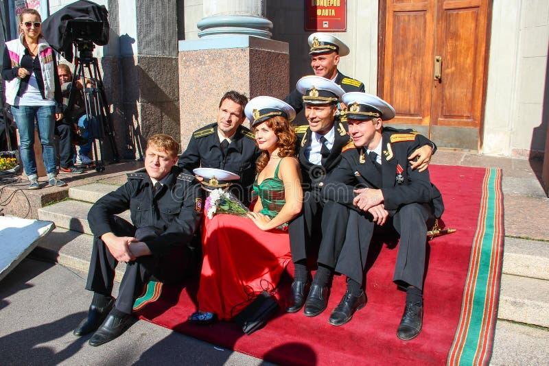 Kronstadt, RYSSLAND - September 5 2012, skådespelare Dmitry Ulyanov, Maksim Averin och Mitya Labush etc. på uppsättningen av TV-s royaltyfri bild